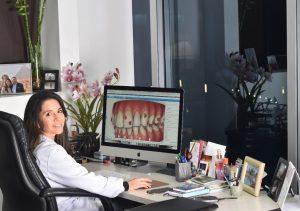 Doctora Mafer Camargo planeando los movimientos de Invisalign con Clincheck